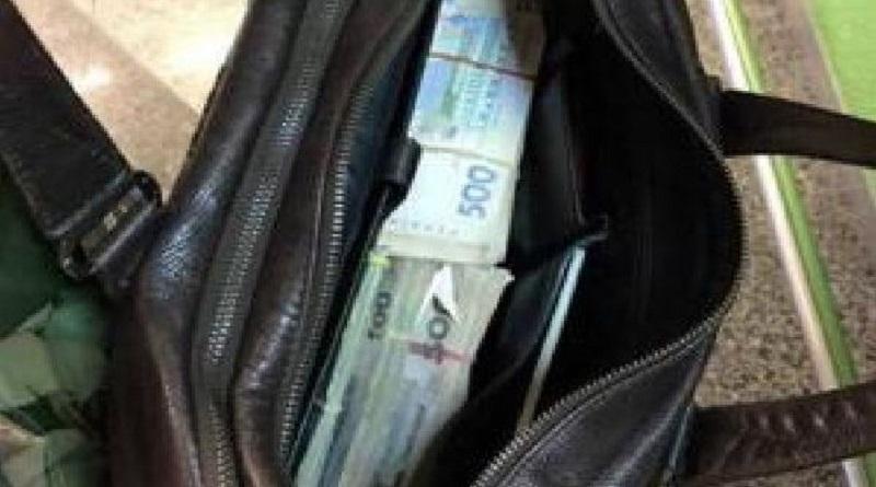 В аэропорту Борисполь нашли сумку с большой суммой денег Читайте подробнее: http://hub1news.com/%d0%b2-%d0%b0%d1%8d%d1%80%d0%be%d0%bf%d0%be%d1%80%d1%82%d1%83-%d0%b1%d0%be%d1%80%d0%b8%d1%81%d0%bf%d0%be%d0%bb%d1%8c-%d0%bd%d0%b0%d1%88%d0%bb%d0%b8-%d1%81%d1%83%d0%bc%d0%ba%d1%83-%d1%81-%d0%b1%d0%be/