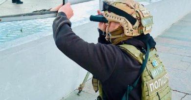 В полиции показали видео, как захватили военного, угрожавшего взорвать мост Метро в Киеве Читайте подробнее: http://hub1news.com/%d0%b2-%d0%bf%d0%be%d0%bb%d0%b8%d1%86%d0%b8%d0%b8-%d0%bf%d0%be%d0%ba%d0%b0%d0%b7%d0%b0%d0%bb%d0%b8-%d0%b2%d0%b8%d0%b4%d0%b5%d0%be-%d0%ba%d0%b0%d0%ba-%d0%b7%d0%b0%d1%85%d0%b2%d0%b0%d1%82%d0%b8%d0%bb/