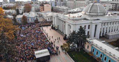 «Обещали поднять зарплаты до $4000, а теперь…» Почему в Украине бунтуют учителя Читайте подробнее: http://hub1news.com/%d0%be%d0%b1%d0%b5%d1%89%d0%b0%d0%bb%d0%b8-%d0%bf%d0%be%d0%b4%d0%bd%d1%8f%d1%82%d1%8c-%d0%b7%d0%b0%d1%80%d0%bf%d0%bb%d0%b0%d1%82%d1%8b-%d0%b4%d0%be-4000-%d0%b0-%d1%82%d0%b5%d0%bf%d0%b5%d1%80%d1%8c/
