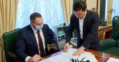 Зеленский подписал закон о продаже украинской земли Читайте подробнее: https://hub1news.com/%d0%97%d0%b5%d0%bb%d0%b5%d0%bd%d1%81%d0%ba%d0%b8%d0%b9-%d0%bf%d0%be%d0%b4%d0%bf%d0%b8%d1%81%d0%b0%d0%bb-%d0%b7%d0%b0%d0%ba%d0%be%d0%bd-%d0%be-%d0%bf%d1%80%d0%be%d0%b4%d0%b0%d0%b6%d0%b5-%d1%83%d0%ba/