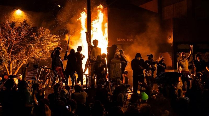 В США — массовые протесты и беспорядки: полицейские убили афроамериканца. Миннеаполис горит, туда ввели войска Читайте подробнее: https://hub1news.com/%d0%92-%d0%a1%d0%a8%d0%90-%d0%bc%d0%b0%d1%81%d1%81%d0%be%d0%b2%d1%8b%d0%b5-%d0%bf%d1%80%d0%be%d1%82%d0%b5%d1%81%d1%82%d1%8b-%d0%b8-%d0%b1%d0%b5%d1%81%d0%bf%d0%be%d1%80%d1%8f%d0%b4%d0%ba/