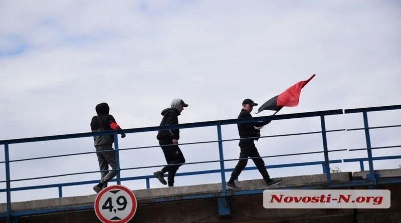 В Николаеве «Правый сектор» вывесил красно-черный флаг на мосту — люди вызвали полицию Читайте подробнее: https://hub1news.com/%d0%92-%d0%9d%d0%b8%d0%ba%d0%be%d0%bb%d0%b0%d0%b5%d0%b2%d0%b5-%d0%9f%d1%80%d0%b0%d0%b2%d1%8b%d0%b9-%d1%81%d0%b5%d0%ba%d1%82%d0%be%d1%80-%d0%b2%d1%8b%d0%b2%d0%b5%d1%81%d0%b8%d0%bb-%d0%ba/