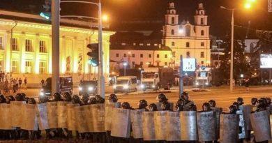 Появились видео жестких задержаний протестующих в столице Беларуси