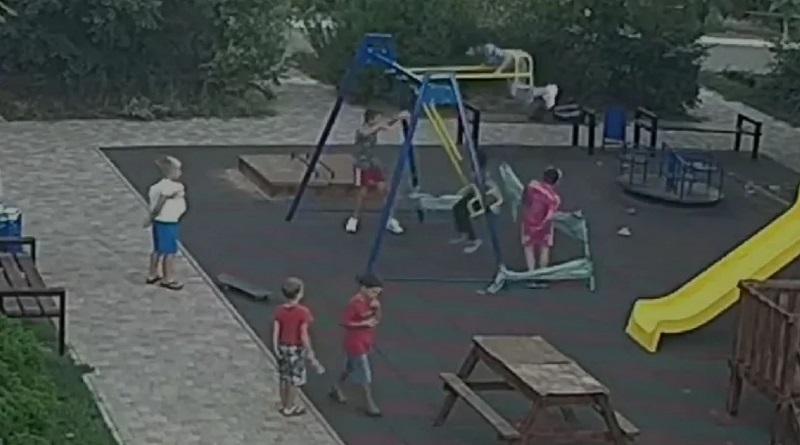 В Одессе мальчик напоролся на штырь на детской площадке и впал в кому. ВИДЕО