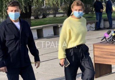 Активистка Femen без нижнего белья атаковала Зеленского на избирательном участке. ВИДЕО