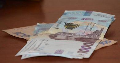 Зеленский подписал закон о снятии ограничений на зарплаты в госкомпаниях