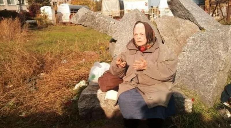 """""""Оставили на камнях"""": в Днепре пенсионерку вышвырнули на улицу"""