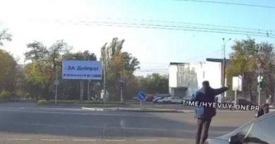 В Днепре пешеход начал стрелять в автомобиль, который его не пропустил. ВИДЕО