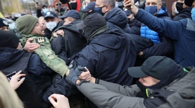 Возле дома главы КСУ активисты устроили акцию протеста с потасовкой