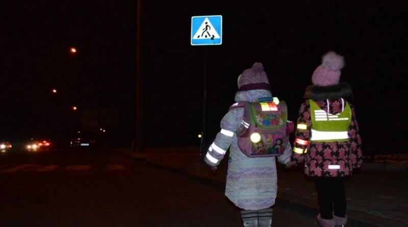 В Украине вступили в силу изменения в ПДД: пешеходов обязали носить светоотражающие элементы