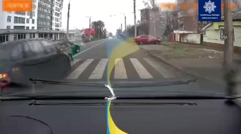 В Черкассах водитель сбил ребенка на пешеходном переходе. ВИДЕО 18+. Берегите себя.