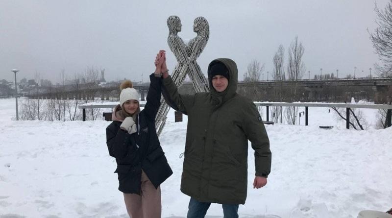В Киеве парень и девушка сковали себя цепью – хотят прожить так три месяца