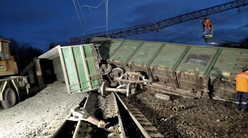 Под Днепром масштабная авария на железной дороге: восемь вагонов поезда сошли с путей