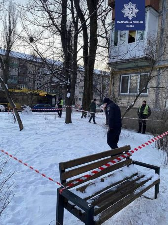 Стрельба в Киеве: мужчина с балкона открыл огонь по прохожим (фото)