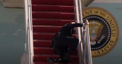Байден трижды упал, поднимаясь по трапу самолета. ВИДЕО