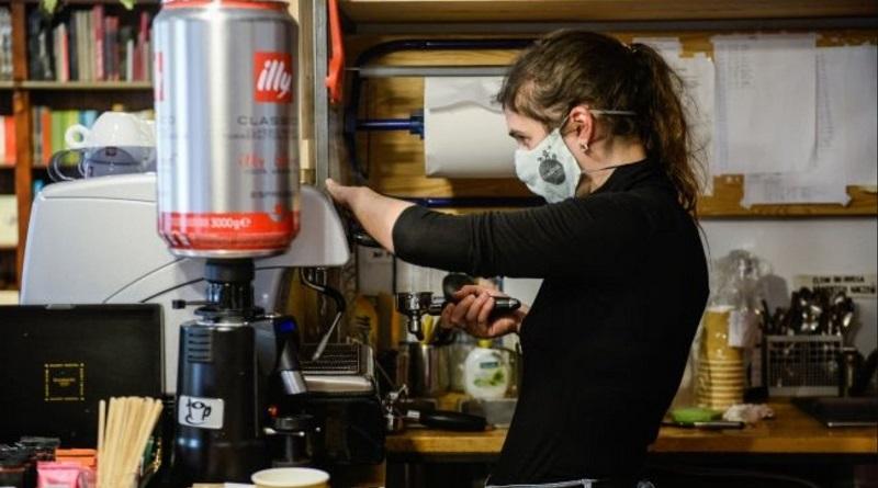 Великобритания выходит из карантина: откроют кафе, тренажерные залы и магазины