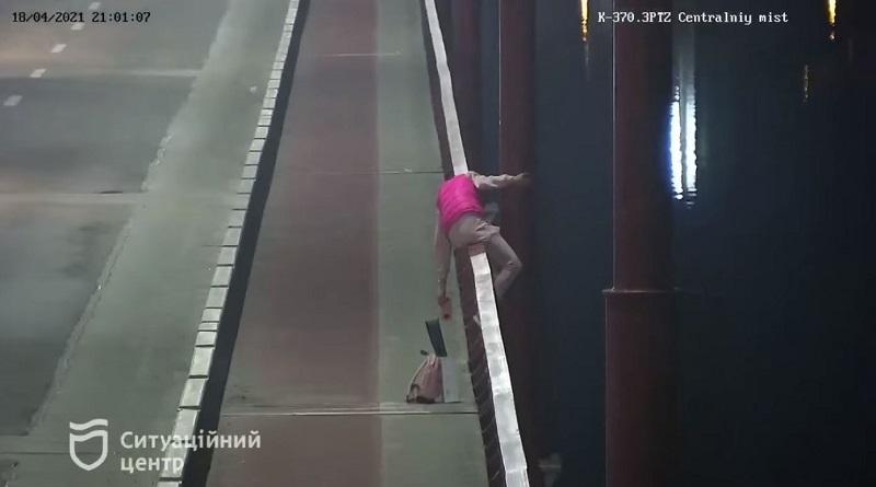 В Днепре патрульные спасли девушку, которая хотела прыгнуть с моста (видео)