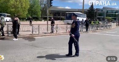 В Киеве националисты устроили провокацию и «зиговали» в сторону ветеранов. ВИДЕО