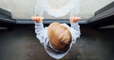 Во Львове ребенок выпал из окна и разбился, пока пьяная мать спала