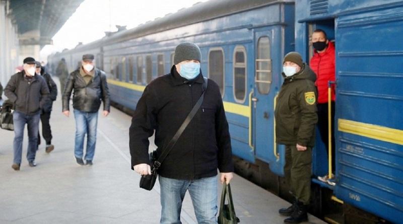 На майские праздники полиция устроит рейды в поездах, чтобы ловить нарушителей карантина