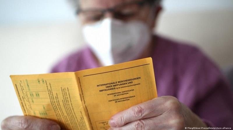 Семейным врачам разрешили выдавать справки о вакцинации от коронавируса