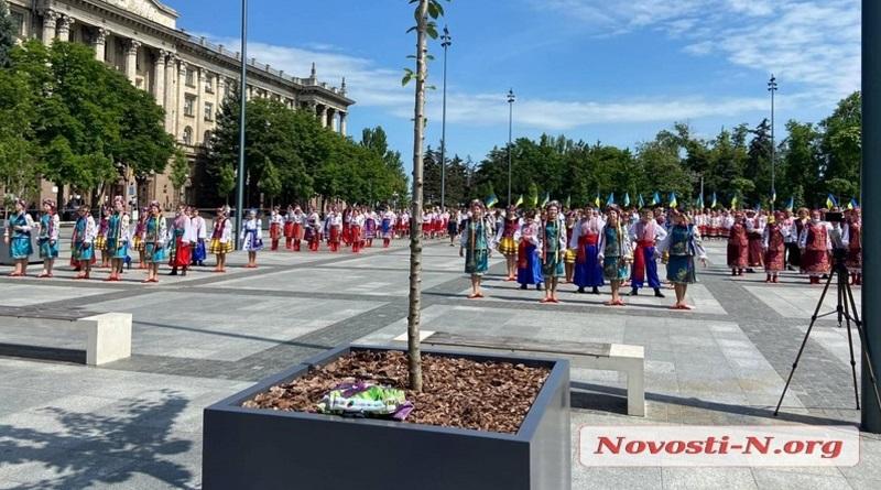 В Николаеве тысяча человек исполняет гимн Украины. ВИДЕО