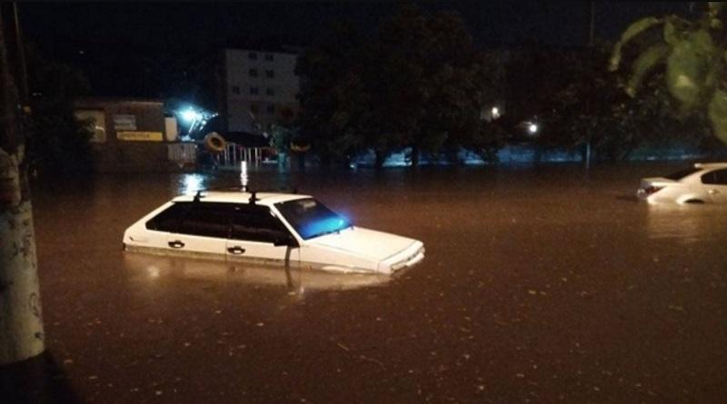 Сильнейший ливень накрыл ночью Одессу (видео)