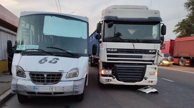 В Николаеве пассажиры избили водителя фуры, напавшего с газовым баллончиком на маршрутчика