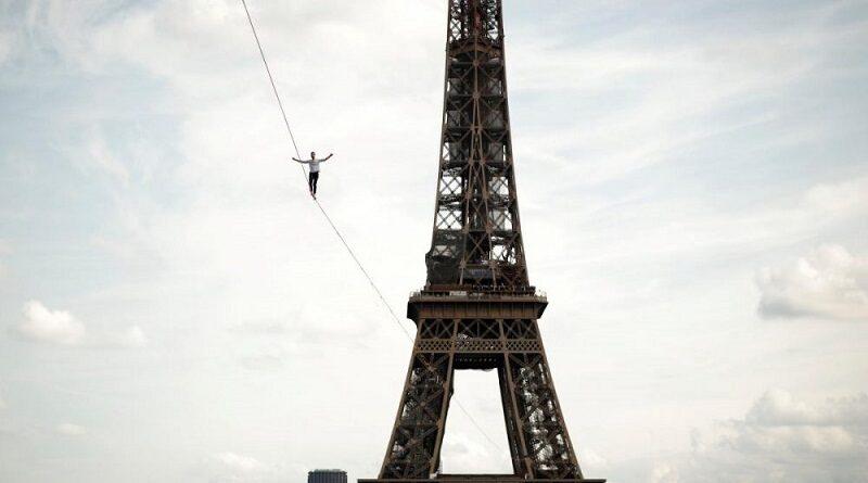 Канатоходец прошел в небе 670 метров между Эйфелевой башней и Национальным театром танцев (видео)