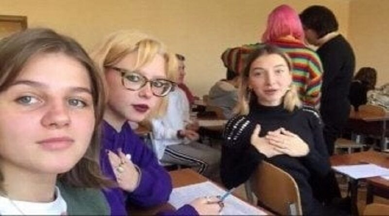 «Батько наш Бандера»: в украинских школах запустили новый флешмоб