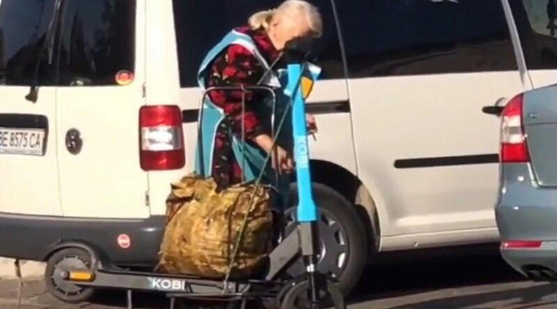 В Николаеве предприимчивые бабушки пытались украсть с улицы прокатные электросамокаты (видео)