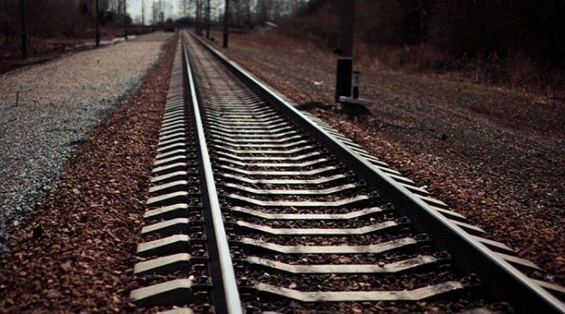 В Черкасской области поезд сбил школьницу в наушниках: девочка в коме