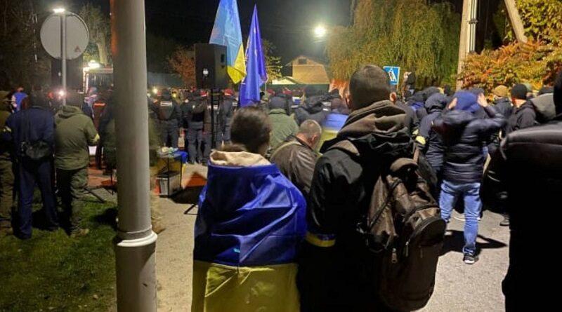 Возле дома Порошенко в Козине произошли столкновения. Видео